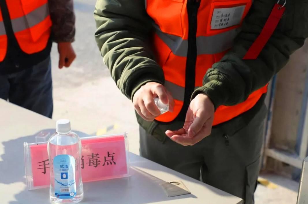 在项目健康观察点对所有进出人员实施体温监测、落实佩戴口罩等防护措施。.jpg