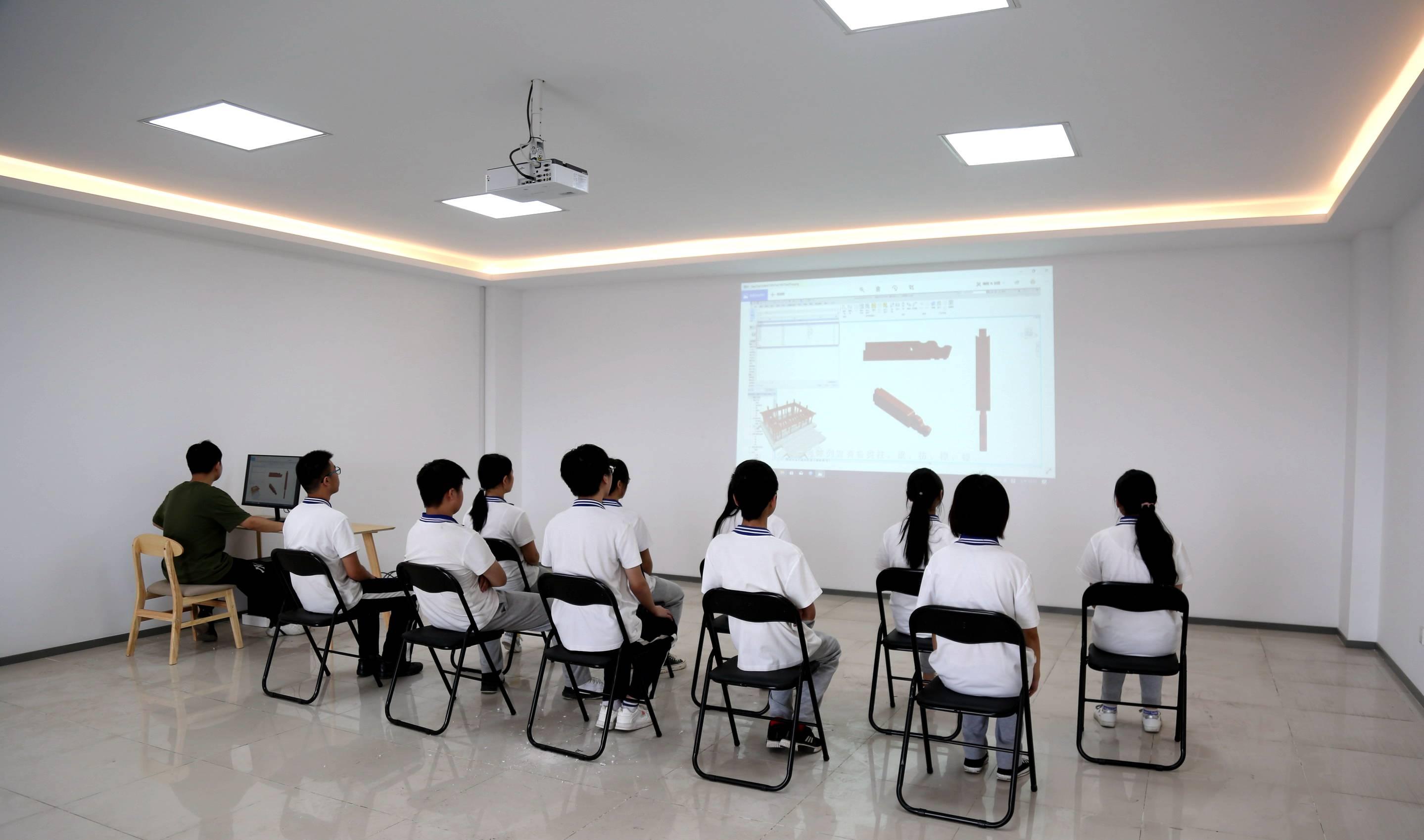 学生在BIM体验室_副本.jpg