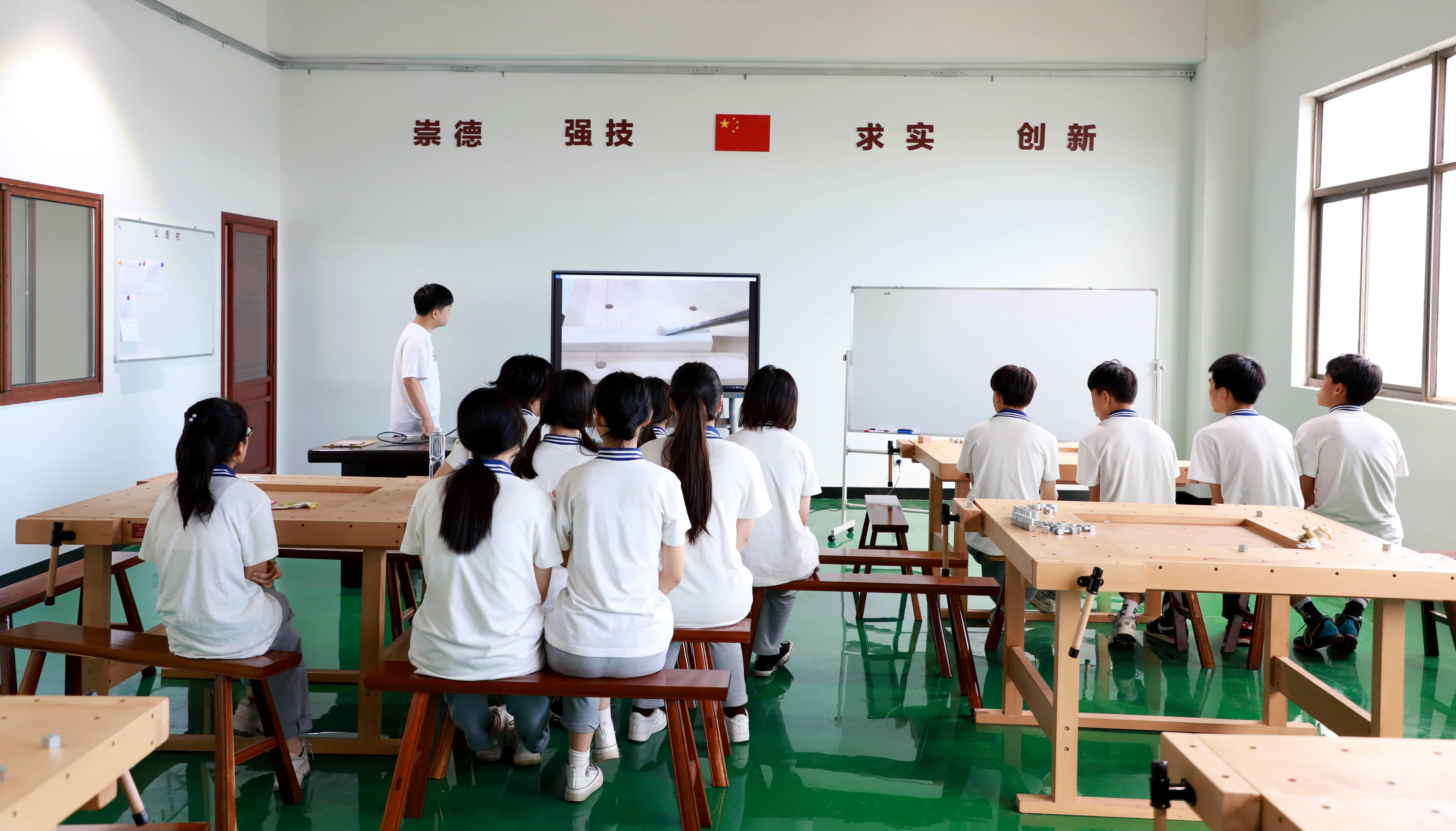 学生在实训教室观看木作视频_副本.jpg