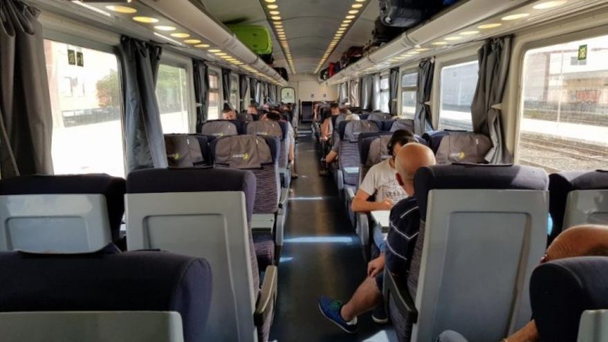 城际列车二等舱.png